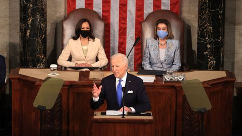 Kamala Harris y Nancy Pelosi hicieron historia, y Biden no dudó en rendir homenaje: «Señora presidenta, señora vicepresidenta»