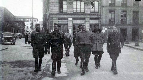 El coronel Aranda paseando por la calle San Francisco de Oviedo dese la plaza Porlier y en dirección a La Escandalera, hacia el año 1938. Al fondo a la izquierda se ve el palacio de Camposagrado, actual sede del TSJA.