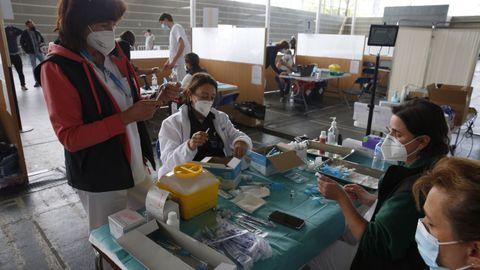 La vacunación masiva contra el covid continuó ayer en el recinto ferial de Pontevedra. En la imagen, personal preparando los viales