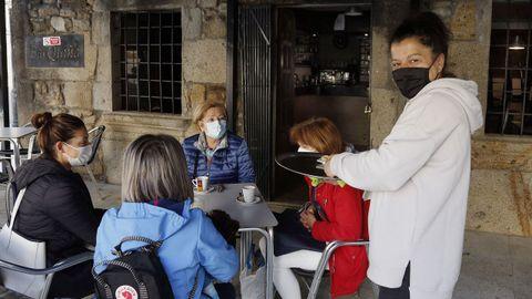María Vilasó atiende a unas clientas en la terraza de su bar en el casco urbano de A Pobra
