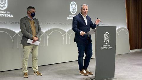 Los representantes del PP de Pontevedra Gerardo Pérez Puga y Rafa Domínguez, en la rueda de prensa en el Concello