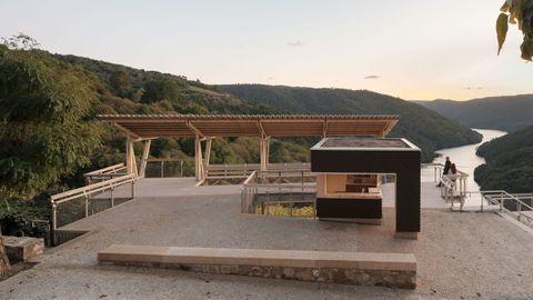 Uno de los proyectos en Galicia de los que Juan Rey se muestra más orgulloso es el Mirador da Cova, situado en O Saviñao, en la Ribeira Sacra lucense, una obra que forma parte de la bodega Adegas Moure. Arquitectos: Arrokabe / Estructuras: Mecanismo