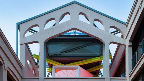 El edificio, cuya rehabilitación recibió reconocidos premios, se ubica en las proximidades del Paseo del Prado, en Madrid. Arquitectos: Langarita - Navarro / Estructuras: Mecanismo