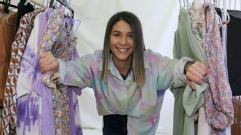 Alba, retratada en la oficina de Ant the label, en la calle Sartaña. Allí prepara los pedidos, tiene su máquina de coser y también un set en el que se toman las fotos de la web. Ahora quiere ampliar la colección con prendas para todas las edades, no solo de estilo juvenil, y desde hace poco también hace diseños a medida