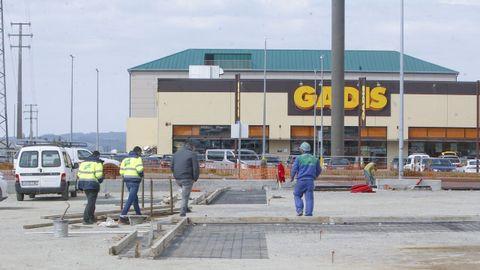 Obras del nuevo aparcamiento de Gadis en Vilar do Colo y, al fondo, el hotel
