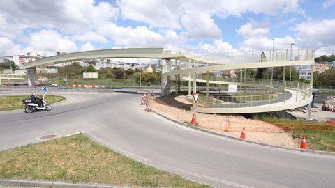 Unha das ramplas de acceso á pasarela peonil sobre a N-VI