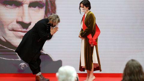 El músico Nacho cano hace una reverencia a la presidenta madrileña, Isabel Díaz Ayuso, tras ser condecorado con la Gran Cruz de la Orden del Dos de Mayo