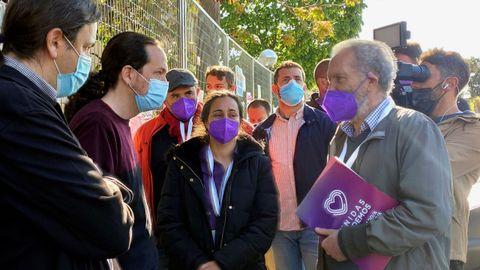 Pablo Iglesias, candidato de Unidas Podemos, haciendo cola para votar en el colegio de La Navata en Galapagar