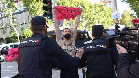 Activistas de Femen protestan a las puertas del colegio San Agustín, donde tiene previsto votar Rocío Monasterio (Vox)