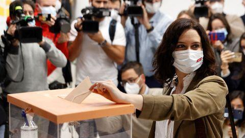 La presidenta de la Comunidad de Madrid, Isabel Díaz Ayuso, vota en el colegio La Inmaculada-Marillac.