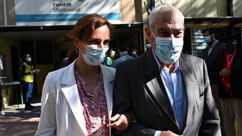 La candidata de Más Madrid, Mónica García, ya votó por correo, pero acompañó esta mañana a su padre a votar al colegio Montserrat.