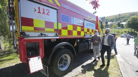 El vicepresidente de la Xunta, Alfonso Rueda, entrega un camión para el GES de A Lama