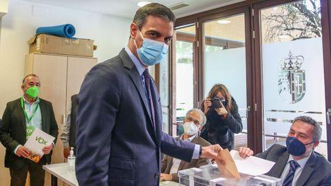 El presidente del Gobierno, este martes, depositando el voto en su colegio electoral
