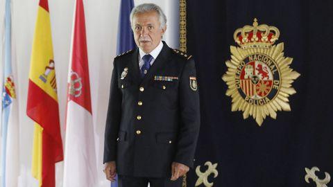 Carlos Valcárcel, en el salón de actos de la Comisaría, junto al tapiz con el escudo de la Policía Nacional bordado en hilo de oro que fue cedido por la antigua Caja de Ahorros de Vigo