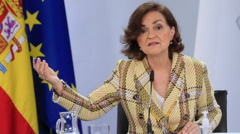 La vicepresidenta primera del Gobierno, Carmen Calvo, dando a conocer ayer el real decreto ley aprobado por el Gobierno
