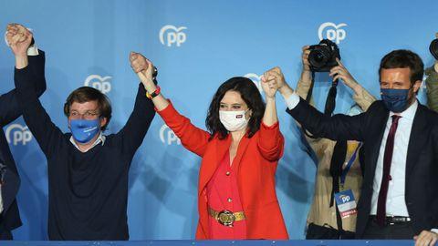 Isabel Díaz Ayuso, entre el alcalde de Madrid, José Luis Martínez-Almeida, y el presidente del PP, Pablo Casado