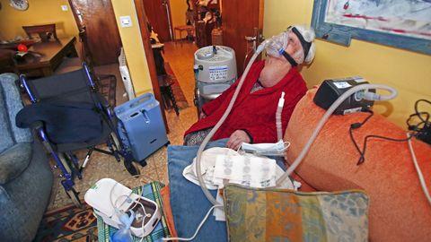 Nélida, de 90 años, en su piso de Pontevedra rodeado de aparatos y de su silla de ruedas