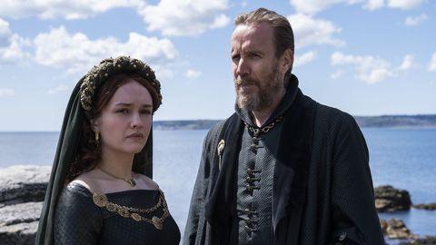 Olivia Cooke, en el papel de Alicent Hightower, la hija de Otto Hightower (Rhys Ifans)