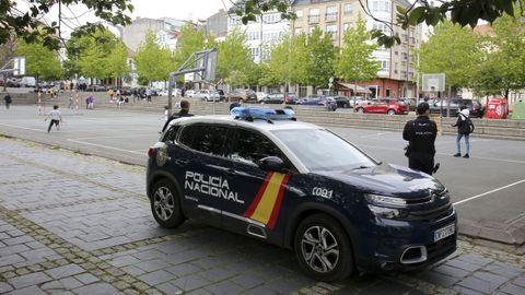 Agentes de la Comisaría de Ferrol-Narón del Cuerpo Nacional de Policía, de vigilancia en la plaza de O Inferniño