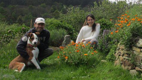 Isabella Argentieri y Enzo Elia junto a su perro