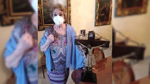 María del Pilar Durán Loriga Tojeiro, con la imagen religiosa, en su casa de Sevilla