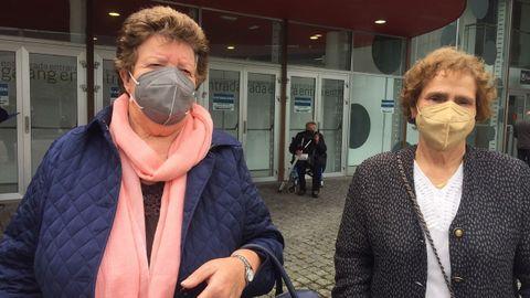 Vacunación masiva del covid-19 en Expocoruña En la foto, Balbina Mallo y María del Carmen Rodríguez