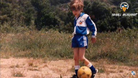 Axel Torres, de pequeño, con la equipación del Sabadell
