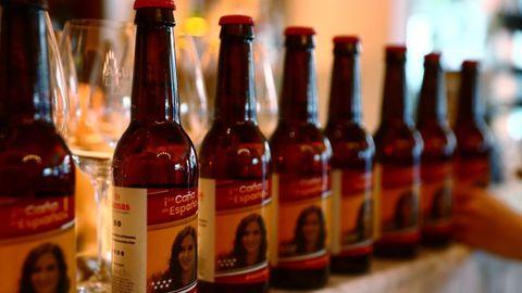 Una cerveza etiquetada con la cara de Isabel Díaz Ayuso, durante la campaña electoral del 4M en Madrid