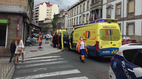 Los servicios de emergencias actuaron en la calle Progreso de Ourense para atender a una persona que requirió asistencia médica. La Policía Local reguló el tráfico y prestó ayuda a los sanitarios