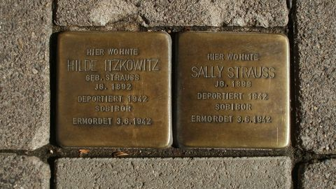 Dos adoquines «Stolpersteine» en recuerdo de víctimas de los campos de concentración nazis colocados en una localidad alemana