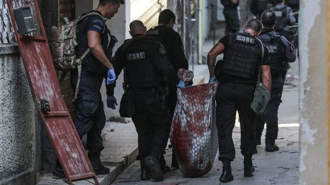 Policias retiran un cadáver de la favela Jacarezinho
