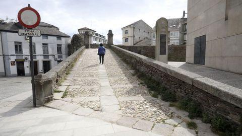 Se cambiarán los cantos rodados de la rampa de acceso a la Muralla en Porta Miñá