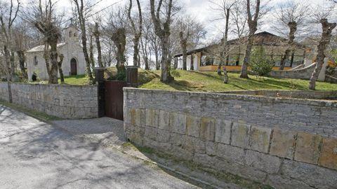 Vista exterior de la casa y de la capilla, tal y como estaban en el año 2012
