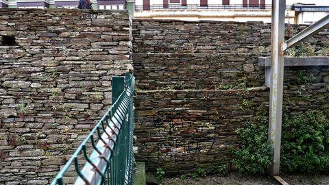 Pintadas en la Muralla por la parte de atrás del Vicerreitorado, donde hay un edificio en ruinas vallado