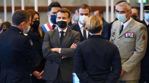Macron, durante una visita a la brigada de bomberos de Paris