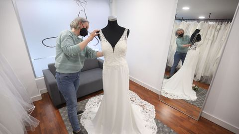 Rosa, responsable de Lugodress, con uno de sus vestidos de novia