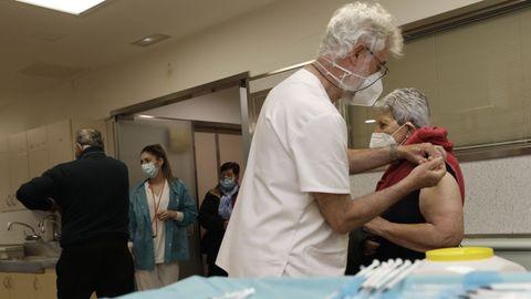 Imagen de archivo de la vacunación frente al covid-19 en el hospital de Burela