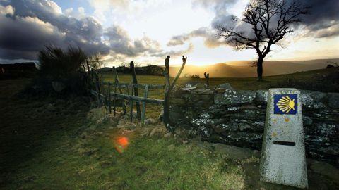 El Camino Primitivo (en la imagen, a su paso por A Fonsagrada) ofrece historia y paisaje