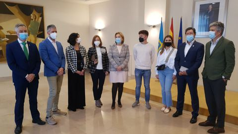 Encuentro de la delegada del Gobierno en Asturias, Delia Losa, con el vicerrector de Internacionalización,  Daniel Santos, y con varias personas que cursaron el Programa Erasmus