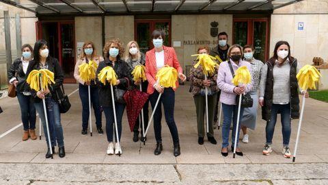 Ana  Pontón, delante del Parlamento con representantes de las trabajadoras de la limpieza