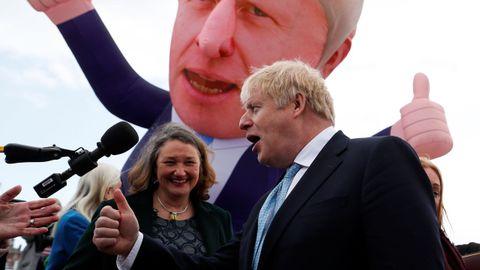 Boris Johnson celebró con la candidata Jill Motimer el triunfo consevador en Hartlepool.