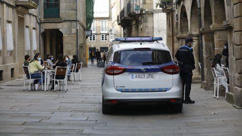 Una patrulla de la Policía Local vigila el cumplimiento de la normativa covid en terrazas y locales de hostelería de Santiago