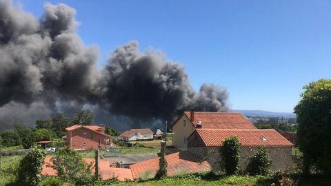 El incendio afecta a las casas próximas y se han desalojado viviendas en un radio de 1 kilómetro