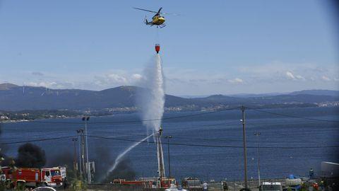 Medios aéreos se han sumado al operativo para intentar sofocar las llamas en las instalaciones de Jealsa