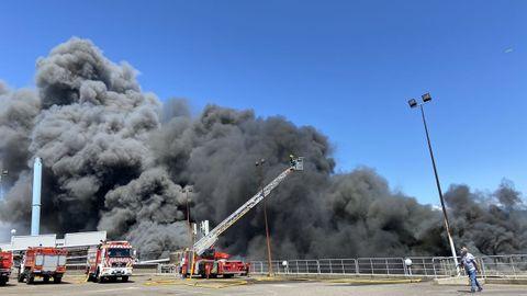 Los servicios de emergencia trabajan sin descanso contra el fuego que afecta a las instalaciones de Jealsa