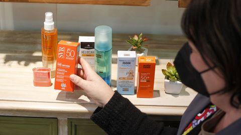 Varios productos de protección solar en la farmacia Adrio, en Ferrol