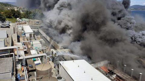 Labores de extención del incendio que afecta a la fábrica de Jealsa