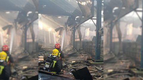 Los servicios de emergencias trabajan en el interior enfriando la zona