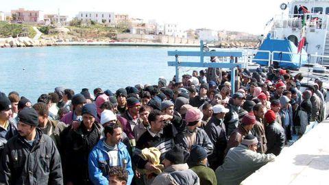 Más de cien inmigrantes ilegales a su llegada a la isla italiana de Lampedusa, en una imagen de archivo