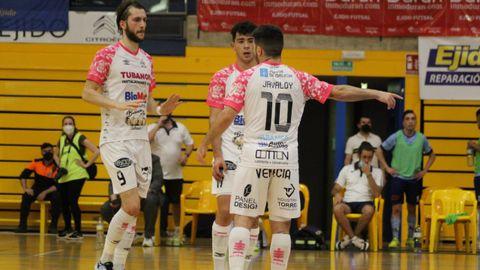 Antonio Diz, Javaloy y Pirata conversando en el partido del sábado ante El Ejido